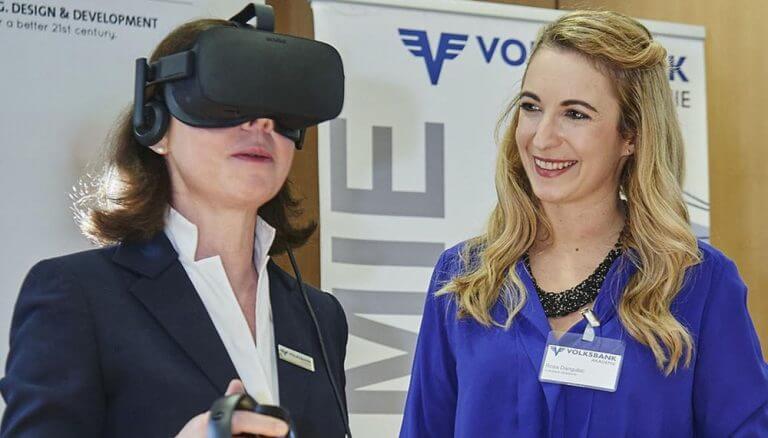 Die Volksbank Akademie entwickelte mit der Agentur CREATE Formate zum Einsatz von Virtual-Reality-Coaching in der Beraterausbildung: Barbara Czak-Pobeheim, CEO der Volksbank Akademie mit VR Bille und Rosa Dangubic, Head of eLearning / Volksbank Akademie.