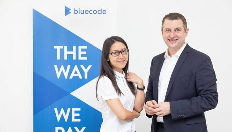 """Xiaoqiong Hu, Head of Business Development von Alipay DACH & CEE und Christian Pirkner, CEO der Blue Code International AG: """"Bluecode hat sich vom reinen App-Anbieter zum gesamteuropäischen System für Zahlungen per Smartphone entwickelt."""""""