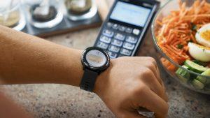 Erste Bank und Sparkassen launchen gemeinsam mit der US-Firma Garmin den Bezahldienst Garmin Pay. So wird an NFC-fähigen Bankomatkassen Bezahlen per Uhr Realität.