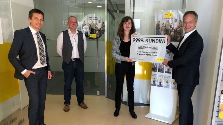 Mit Frau Maria Koller begrüßt die bank99 die 9.999 Kundin in der Postfiliale im steirischen Feldbach.