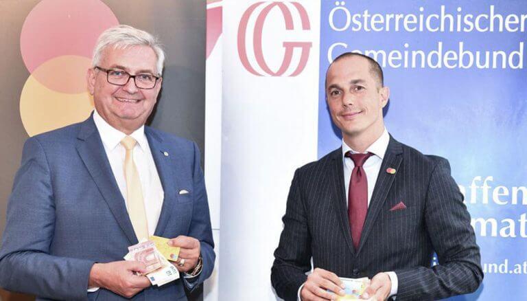 """Mag. Alfred Riedl (Präsident Österreichischer Gemeindebund) und Christian Rau (Country Manager Mastercard Austria): """"Wir hoffen, dass viele Gemeinden die Initiative aufgreifen und wollen so gemeinsam einen wichtigen Beitrag zur Stärkung der ländlichen Infrastruktur leisten."""""""
