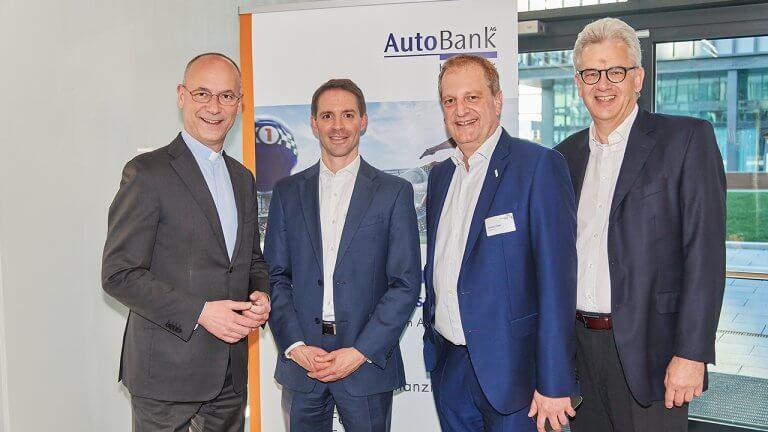 Dompfarrer Toni Faber mit den Autobank-Vorständen Markus Beuchert, Gerhard Dangel und Gerhard Fischer